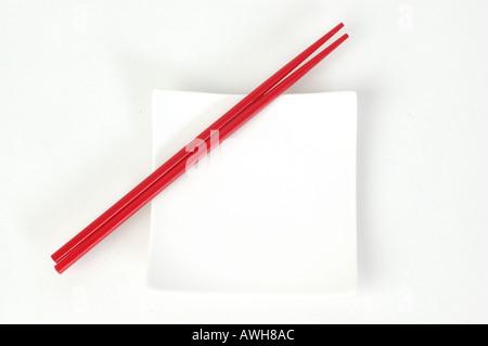 rot auf weiß weiße Stäbchen und quadratische Platte dsc 6657 - Stockfoto