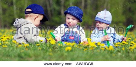 Kinder spielen auf dem Rasen - Stockfoto