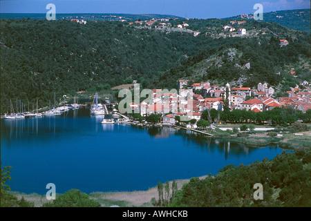 Kroatien, Dalmatien, Krka Nationalpark, Skradin, Stadt, Boote im Yachthafen, in dichten Baumbewuchs bedeckten Hügeln - Stockfoto