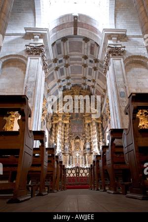 Suchen Sie den letzten Gang verändern die Kirchenbänke an die zentrale im Inneren der Kathedrale von Porto Portugal - Stockfoto