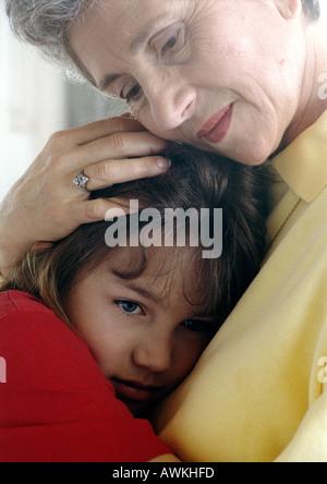 Senior umarmt Mädchen - Stockfoto