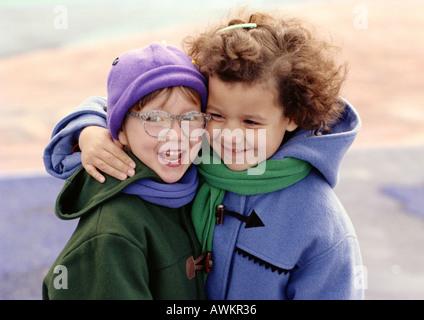 Zwei Kinder umarmen, Lächeln - Stockfoto