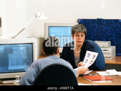 Mann hält Sie Dokument zur Frau im Büro - Stockfoto