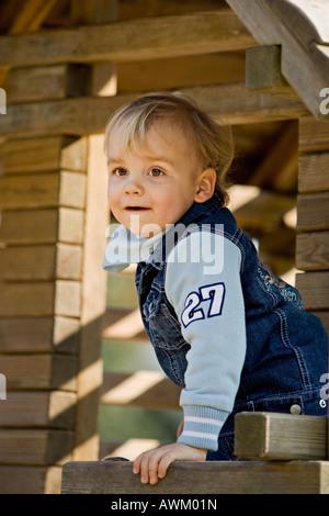 Kleiner Junge auf dem Spielplatz - Stockfoto