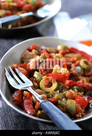 Piperade (Baskisches Gericht mit Tomaten, Paprika und Oliven), Nahaufnahme - Stockfoto