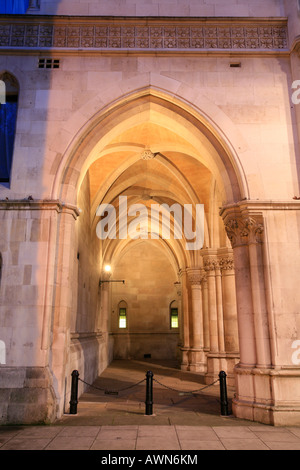 Arkaden der Royal Courts of Justice und Tudor Häuser am Strand, City of Westminster, London, UK - Stockfoto