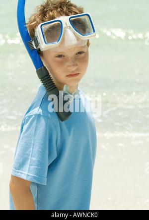 Jungen tragen Schnorchel-Ausrüstung am Strand - Stockfoto