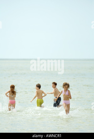 Kinder spielen im Meer - Stockfoto