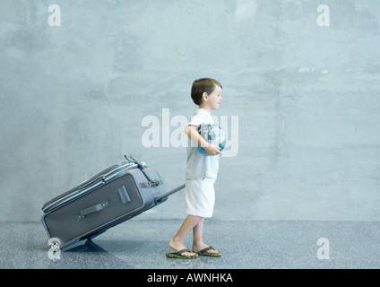 Junge mit Koffer und Globus - Stockfoto