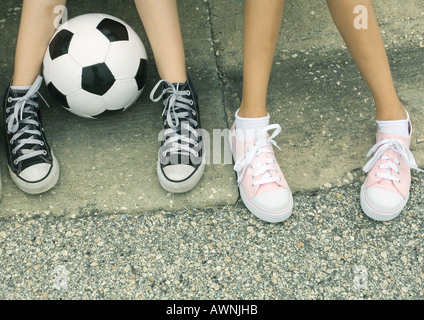 Zwei Kinder sitzen auf Kandare, Blick auf Füße - Stockfoto