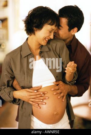 Mann rührende schwangeren Bauch von hinten - Stockfoto