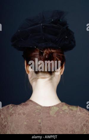 Junge Frau von hinten gesehen gekleidet in der Kleidung des letzten Jahrhunderts - Stockfoto