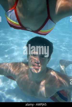 Nahaufnahme der Jugendliche Schwimmen im Pool. - Stockfoto