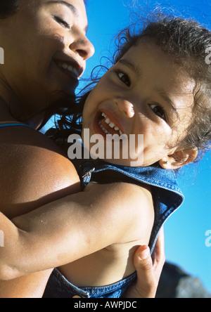 Frau Holding Kind, close-up - Stockfoto