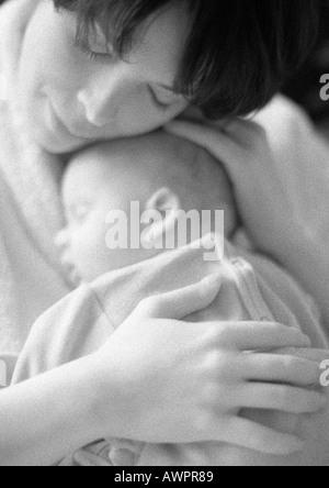 Mutter hält schlafen, Kind, b&w - Stockfoto