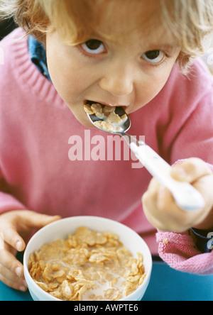 Kleine Mädchen essen Müsli, Blick in die Kamera, Porträt. - Stockfoto