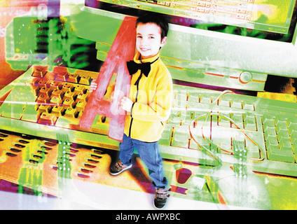 Kleiner Junge hält übergroße Buchstaben stehen neben Computer, digital Composite. - Stockfoto