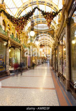 3a42d6b93b Victoria-Viertel, Shopping-Arkade in Leeds Yorkshire UK zu Weihnachten -  Stockfoto