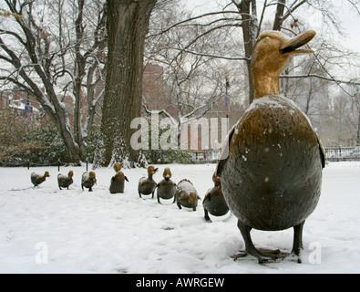 Die Make Way for Entenküken Statuen sind ein beliebtes Wahrzeichen für Kinder und Erwachsene gleichermaßen in den - Stockfoto