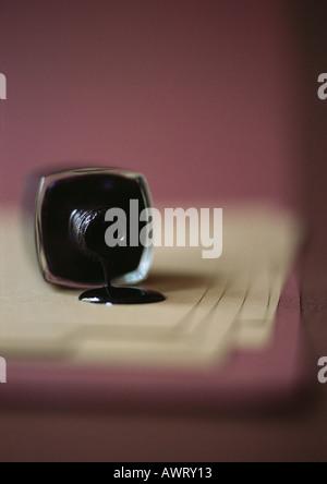 Verschüttete Flasche schwarze Nagellack - Stockfoto