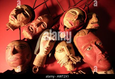 Alte freie Puppe Köpfe von Puppentheater auf einem roten Hintergrund angelegt - Stockfoto