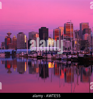 "Die Downtown Skyline der Stadt Vancouver reflektieren in ""Coal Harbour"" bei Sonnenuntergang in British Columbia - Stockfoto"
