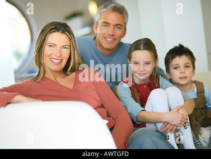 Familie Zusammensitzen auf Couch, Porträt - Stockfoto