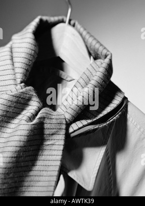 Jacke und Schal auf Kleiderbügel, Nahaufnahme - Stockfoto