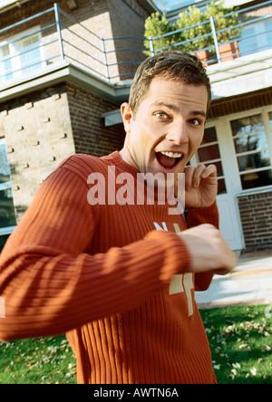 Mann stand vor Haus, auf der Suche nach überrascht - Stockfoto