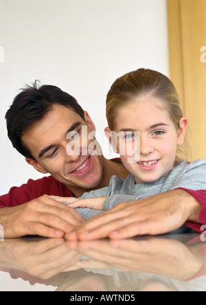 Vater mit Tochter sitzen, schlang die Arme um sie herum. - Stockfoto