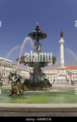 Portugal Lissabon Stadtteil Baixa Rossio-Platz-Brunnen und die Statue von Dom Pedro IV - Stockfoto