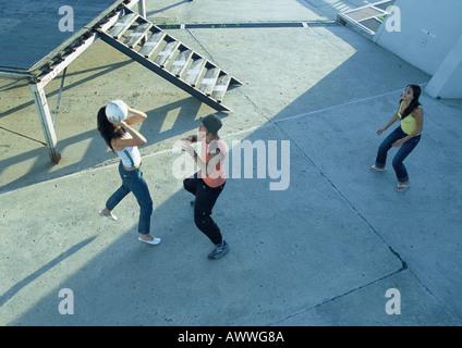 Junge Menschen spielen mit Ball, erhöhte Ansicht - Stockfoto
