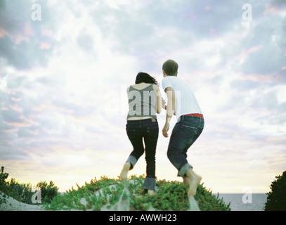 Paar auf Sanddüne, Rückansicht - Stockfoto