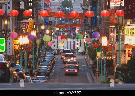 Leuchtende Laternen hängen über Grant Avenue in Chinatown während der Dämmerung, San Francisco, Kalifornien, USA - Stockfoto