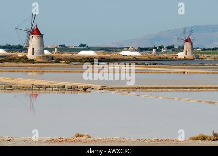 Windmühlen und Kochsalzlösung Felder vor Mozia Insel Sizilien Italien - Stockfoto