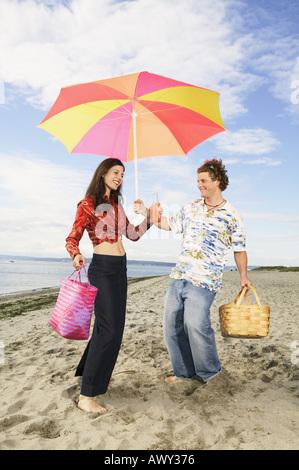Paar am Strand Picknick wird vorbereitet - Stockfoto