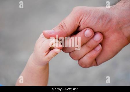 Vater und Neugeborenen Hände - Stockfoto