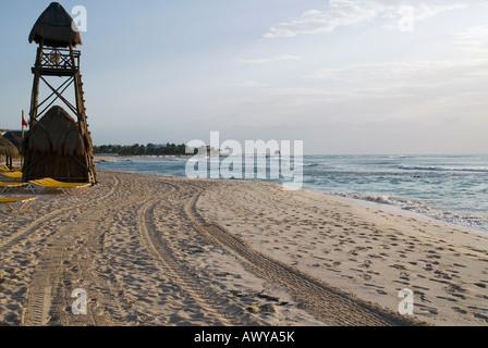 Ein Rettungsschwimmer-Turm sitzt an einem einsamen Strand an der Riviera Maya frühen Morgenstunden. - Stockfoto