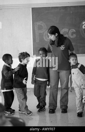 Peacegame s Freiwilligen im ersten Grade Klassenzimmer mit tudenten - Stockfoto
