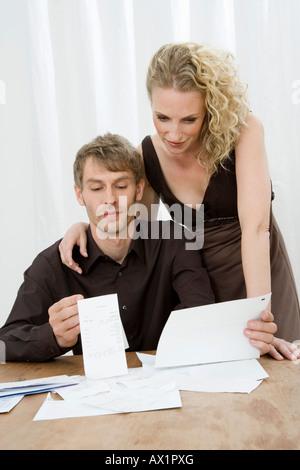 A Mitte erwachsenes paar tun persönliche Finanzen - Stockfoto