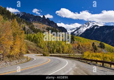 Highway 145 und Blick auf Schnee bedeckt gelben Berg mit Ophir Nadeln und Herbst Espen im Vordergrund - Stockfoto