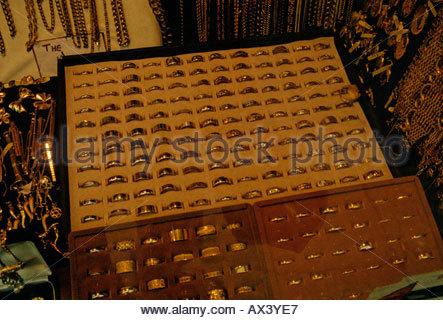 Anzeige der gold Trauringe im Schaufenster; Hatton Garden, London - Stockfoto