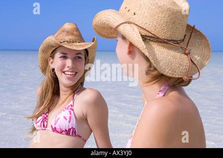 zwei junge frauen in bikinis stockfoto bild 11830984 alamy. Black Bedroom Furniture Sets. Home Design Ideas