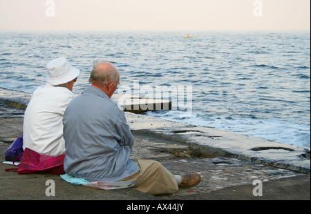 Zwei alte Leute am Strand - Stockfoto