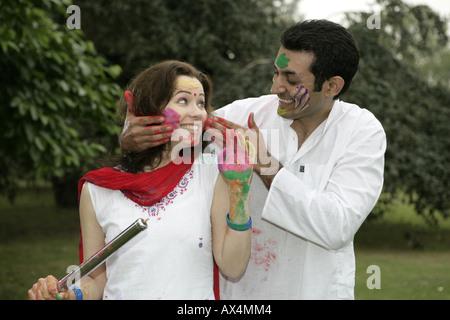 Paar Holi in einem Park spielen - Stockfoto