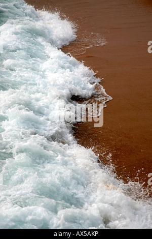 weißes Meereswellen am Strand - Stockfoto