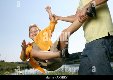 Spinnerei um seinen Sohn Vater - Stockfoto