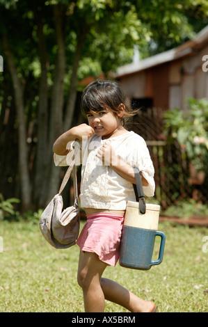 Mädchen mit Lebensmittel für einen Snack, Paraguay, Südamerika - Stockfoto