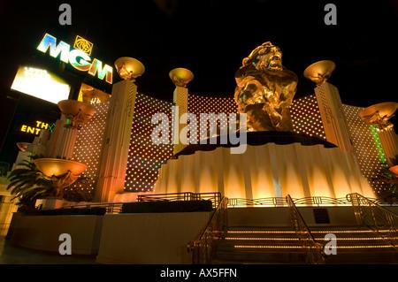 Goldener Löwenstatue vor dem MGM Grand Casino, Las Vegas Boulevard, Las Vegas, Nevada, USA, Nordamerika - Stockfoto