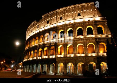 Die Nachtansicht des Kolosseums. Rom. Italien - Stockfoto